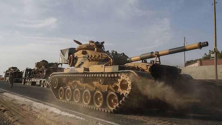 Vormarsch - oder eher Flucht? Im Bild: Türkische Panzer in Nordsyrien. Eine wichtige Stadt scheint die türkische Armee trotz vollmundiger Ankündigungen von Präsident Erdogan wieder an die Kurden verloren zu haben.