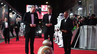 Royales Meeting: Die britischen Prinzen William und Harry mit dem Droid BB8 an der Star-Wars-Premiere in London.