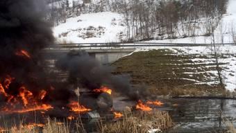 Der Tanklastwagen explodierte, nachdem er eine Böschung hinunter stürzte.