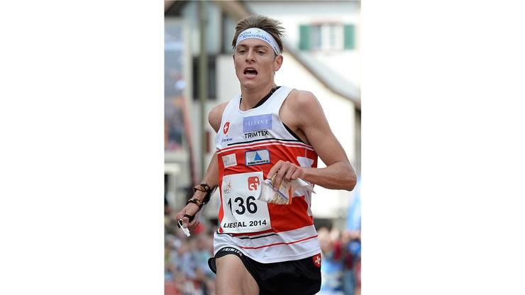 Nur noch wenige Meter: Der Schweizer Matthias Kyburz beim Zieleinlauf am Orientierungslauf-Weltcupfinal in Liestal über die Sprintdistanz.