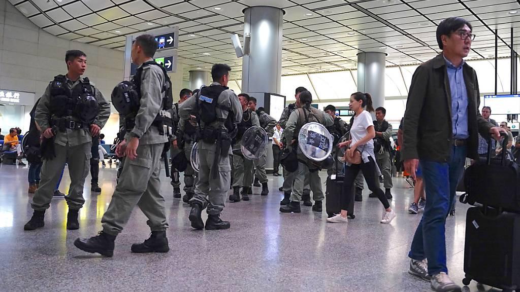 Polizeipräsenz verhindert Proteste am Hongkonger Flughafen