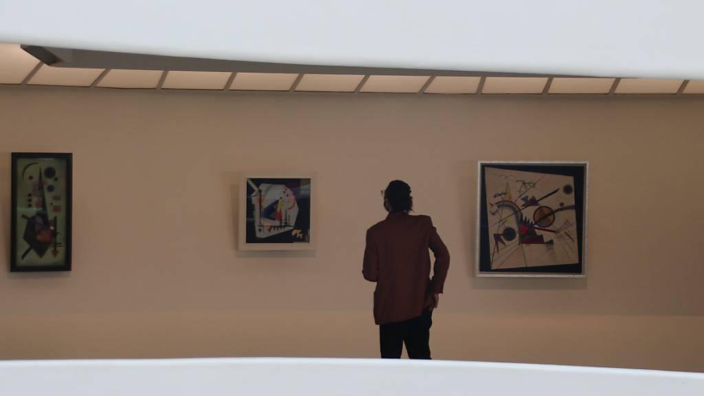 Eine Person betrachtet ein Werk von Wassily Kandinsky anlässlich einer Presse-Vorbesichtigung im New Yorker Guggenheim Museum. Seit Freitag zeigt das Guggenheim Museum in seiner berühmten Rotunde eine große Ausstellung mit Werken des russischen Künstlers Wassily Kandinsky (1866-1944). Foto: Christina Horsten/dpa - ACHTUNG: Nur zur redaktionellen Verwendung im Zusammenhang mit der aktuellen Berichterstattung über die Ausstellung.