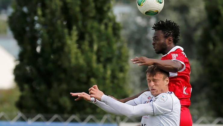 Auch sportlich muss der FC Wohlen unten durch. Im Bild Nikic Branislav (l.) gegen Sions Xavier Kouassi Laglais im Cup-Spiel.