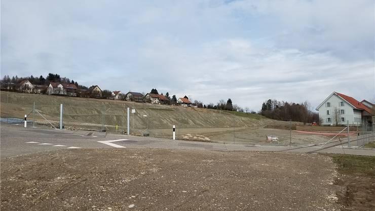 Noch immer stehen die Profile für die Wiederauffüllung in der Grube. Vorne rechts die Schienen, die vorerst bleiben.sga