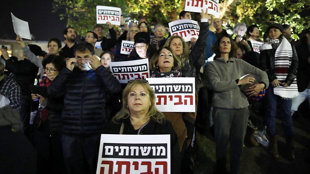 Israelis protestieren in Tel Aviv gegen Korruption in der Regierung um Ministerpräsident Benjamin Netanjahu.