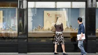Touristen betrachten ein Schaufenster in Luzern: Seit dem Frankenschock ist die Schweiz ein noch teureres Pflaster - und deshalb laut IMD weniger wettbewerbsfähig als noch vor einem Jahr (Symbolbild)