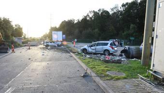 Das Auto rutschte entlang der Leitplanke, touchierte ein Gebäude, riss einen Abfallcontainer aus der Verankerung und prallte gegen einen parkierten Personenwagen.