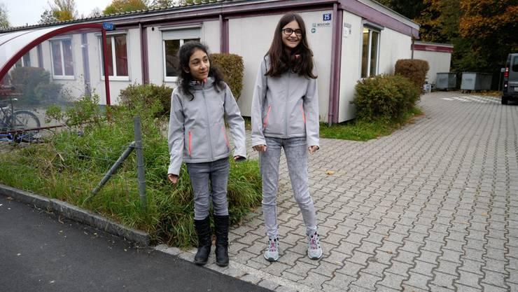 Nach sieben Wochen im Flughafen-Terminal leben Dicle (links) und Pelin jetzt in der Notunterkunft in Adliswil.