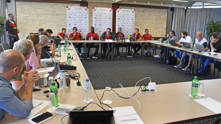 Vor versammelter Medienschar nahmen alle Schweizer Nati-Spieler an der Pressekonferenz teil. Einige von ihnen gaben ein Statement ab.