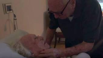 Das geht ans Herz: Howard an Lauras Sterbebett.