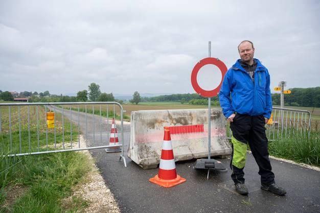 Bauer Christoph Brütsch, Barzheim/Thayngen, steht bei einer gesperrten Strasse, die eigentlich zu seinem Land auf deutschem Boden führen sollte. Reportage von der Grenze zwischen der Schweiz und Deutschland während der Coronakrise, 13. Mai 2020.