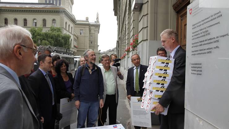 IG Osttangente deponiert n Bundesbern die gut 11000 Unterschriften