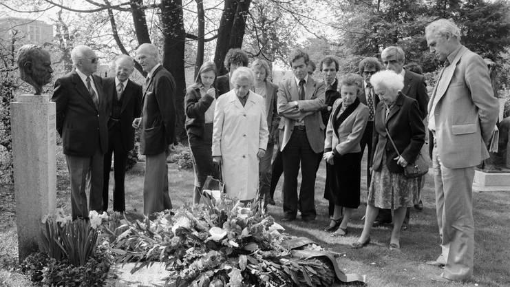Zum Andenken an Robert Grimm legen Vertreter der SP Schweiz am 16. April 1981 auf dem Grab im Bremgartenfriedhof in Bern einen Kranz nieder.