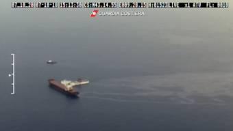 Nach der Kollision breitete sich ein Öltepppich aus, wie dieses Video der italienischen Küstenwache zeigt.