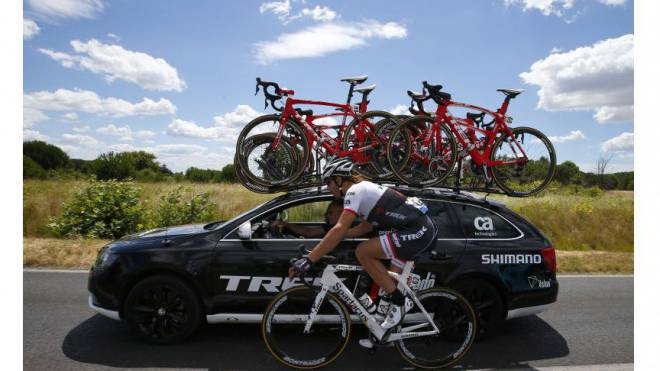 «Spartacus» Fabian Cancellara bespricht sich während der 12. E tappe des diesjährigen Tour de France mit der sportlichen Führung seines Teams Trek-Segafredo. Foto: Keystone