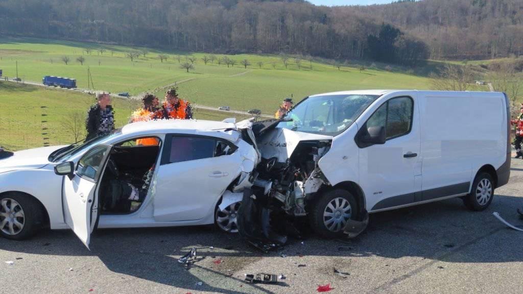 Bei einem Auffahrunfall auf der Autobahn A2 bei Arisdorf BL werden am Montag drei Personen teils schwer verletzt.
