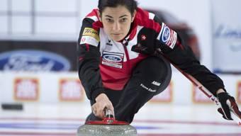 Skip Binia Feltscher demonstriert Curling auf hohem Niveau