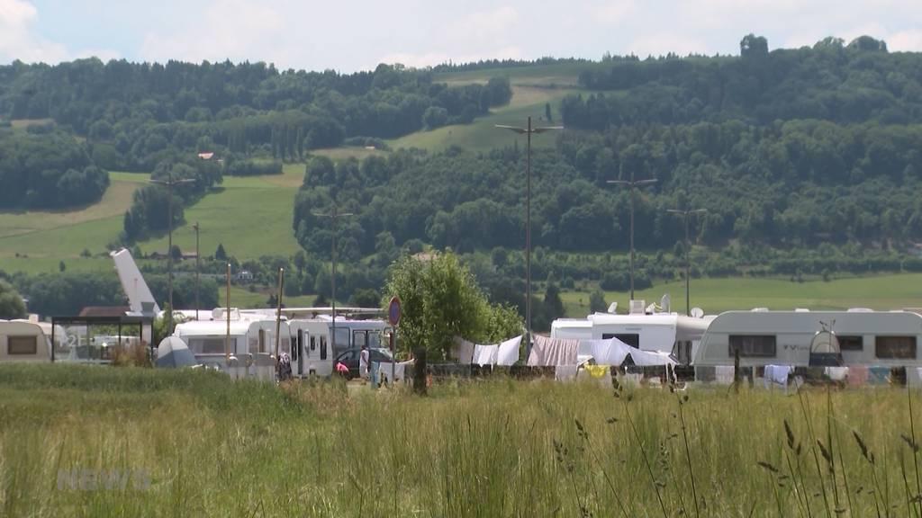 Ausländische Fahrende sind zurück in Belp: Wohnwagen stehen auf Parkplatz im Flughafenareal