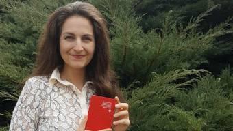 Nancy Holten präsentiert stolz den Schweizer Pass. Es ist jener ihrer Tochter. Ihren eigenen erhält sie in rund einem Monat.