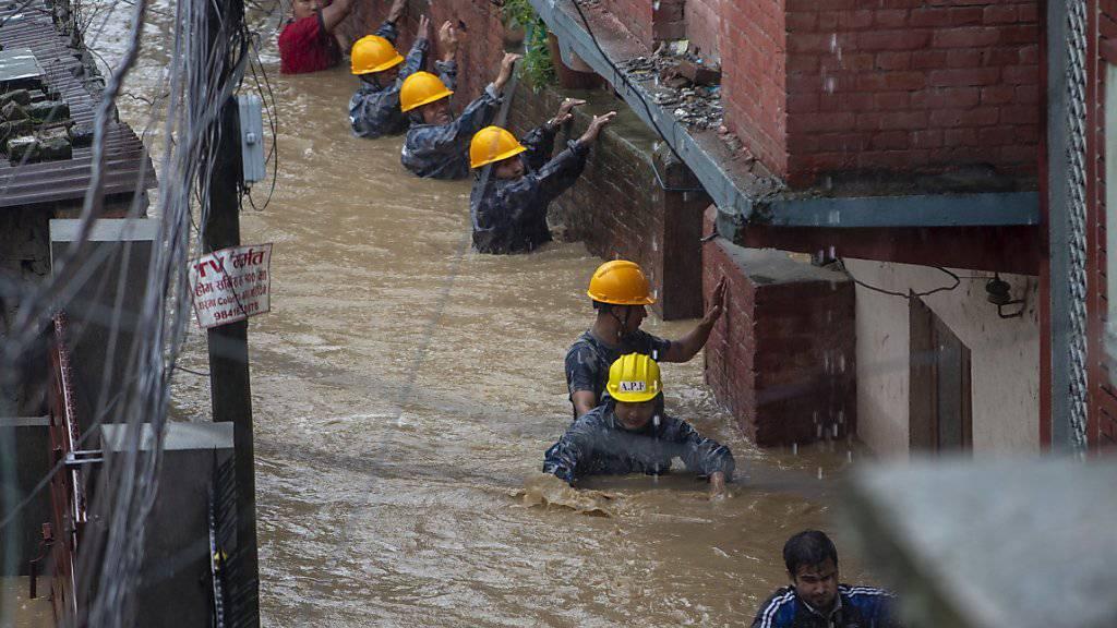 Die Polizei evakuiert Bewohner von überfluteten Häusern in Kathmandu.