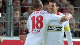 Sidney Sam (Nr. 18) feiert Leverkusens Matchwinner Michael Ballack