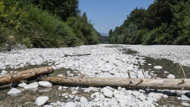 Gewitter am Mittwoch waren nur ein Tropfen auf den heissen Stein: Das ausgetrocknete Flussbett der Emme im bernischen Aefligen.