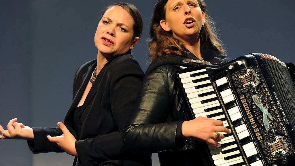 Nicole Knuth, links, und Olga Tucek, rechts, touren seit 2004 als Kabarett-Duo Knuth und Tucek durch den deutschsprachigen Raum. Jetzt werden sie dafür mit dem Schweizer Kleinkunstpreis 2019 geehrt. (Archivbild)
