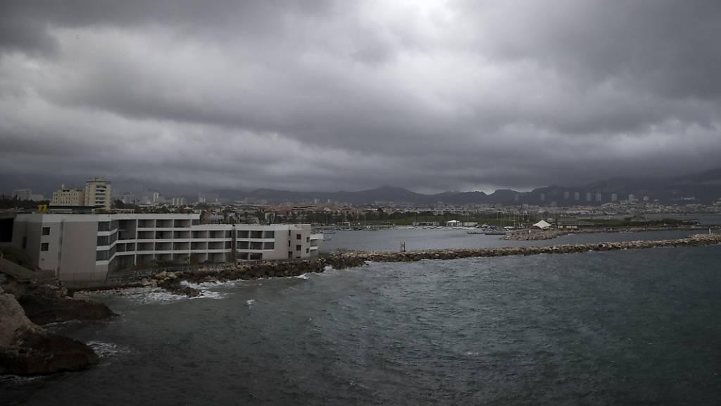 Regenwolken über der südfranzösischen Stadt Marseille.