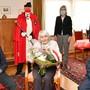 Johanna Gruber-Diemand zwischen Sohn Roland und Ehemann Arthur. Dahinter corona-konform (v.l.)Pierino Menna, Standesweibel Andreas Hofer, Brigitte Wyss und Andreas Eng.
