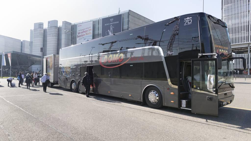 Ein Reisebus der Firma «Domo Reisen» steht auf dem Bus Parkplatz am Flughafen Kloten, aufgenommen am