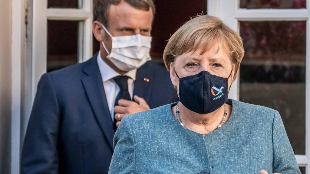 ARCHIV - Emmanuel Macron und Angela Merkel bei einem Treffen im August. Foto: Michael Kappeler/dpa