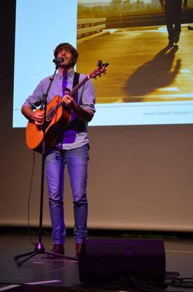 Das Hospiz Aargau feiert im Campussaal Brugg-Windisch das 25-Jahr-Jubiläum.Der Badener Musiker Adrian Stern unterhält mit seinen Balladen.