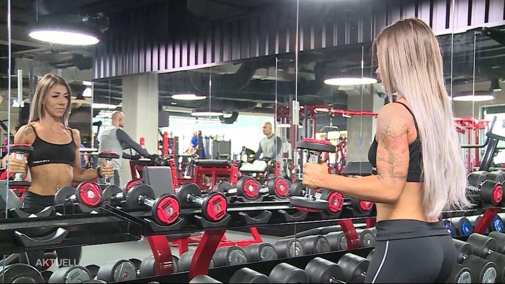 Professionelle Bodybuilderin steigt aus