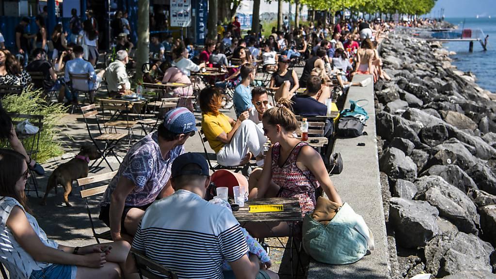 Die Menschen in der Deutschschweiz freuen sich nach den Lockerungen der Corona-Massnahmen am meisten darauf, ihre Freunde und Familien wieder unbeschwert treffen zu können. (Archivbild)