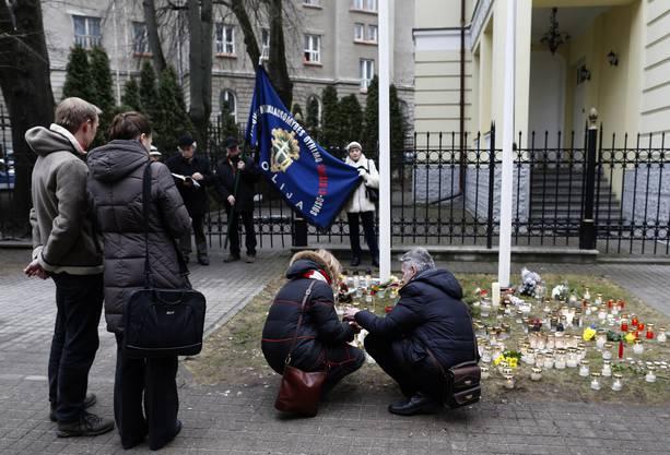 Trauernde zünden vor der ukrainischen Botschaft in Vilnius (Litauen) Kerzen an.