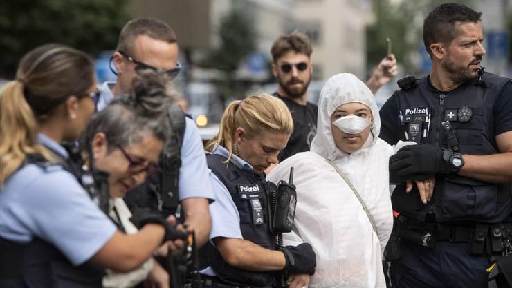 Klima-Aktivistinnen werden vor dem Hauptsitz der Credit Suisse in Zürich abgeführt.