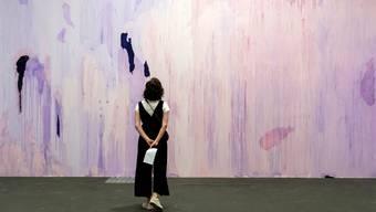 Ein Bild aus besseren Tagen: Szene von der vorerst letzten Kunstmesse Art Basel die 2019 in Basel stattgefunden hat.
