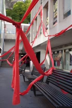 Rote Bänder führen die Zuschauer von Darbietung zu Darbietung