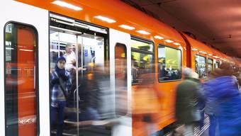 Um die stetig wachsende Zahl der Fahrgäste auch in Zukunft transportieren zu können, plant der RBS, zwischen Solothurn und Bern künftig längere Züge (180 m) einzusetzen.