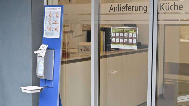 Bei jedem Eingang in die Alterszentren steht ein Desinfektionsmittel-Dispencer und ein hängen Infotafeln