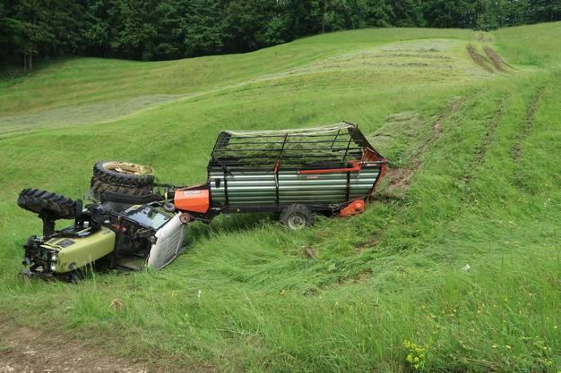 Der Traktor kam im steilen Gelände ins Rutschen und kippte.