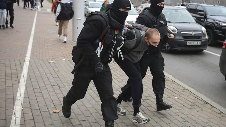 dpatopbilder - Polizisten nehmen einen Demonstranten bei einem Protest am Samstag in Minsk fest. Foto: Uncredited/AP/dpa