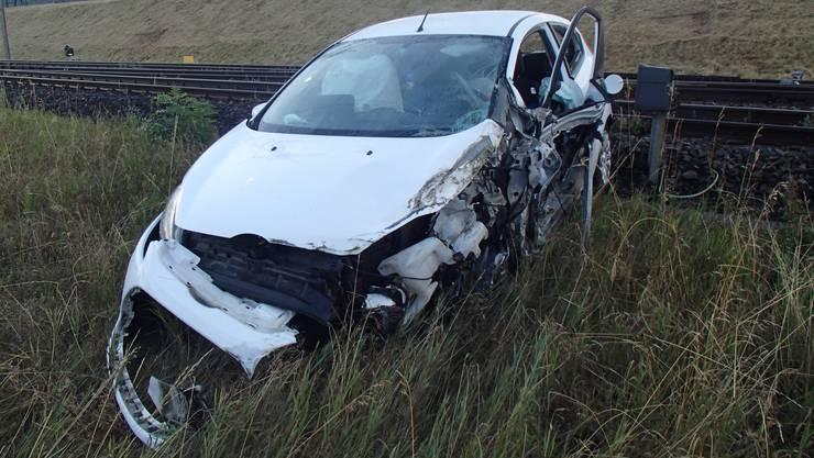 Der 22-jährige Lenker des Ford Fieste geriet auf die Gegenfahrbahn und streifte dort einen Entgegenkommenden LKW. Beide Fahrer erlitten leichte Prellungen und Schürfungen.