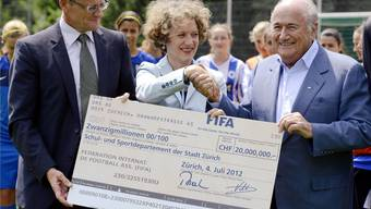 Ein Bild aus glücklicheren Tagen: Fifa-Chef Sepp Blatter (rechts) übergibt Stadtpräsidentin Corine Mauch und Stadtrat Gerold Lauber einen Check.keystone