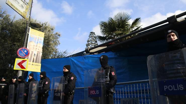 Türkische Polizisten vor dem attackierten Nachtclub - nach dem Anschlag in der Neujahrsnacht wurden nun weitere Verdächtige festgenommen. (Archiv)
