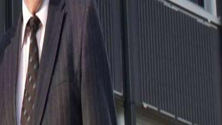 Vor der neuen Solarfenster-Fassade in Suhr: Bauunternehmer Peter Zubler (links) und Dobi-VR-Präsident Samuel Wehrli. Annika Bütschi