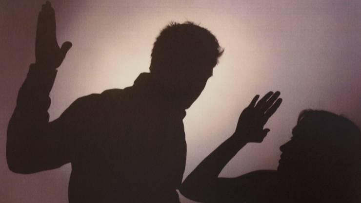 Nach einem Streit griff der Mann seine Freundin an und schleuderte sie gegen ein Garagentor. (Symbolbild)