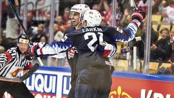 Doppeltorschütze Dylan Larkin feiert mit einem Teamkollegen einen seiner beiden Treffer zum 5:4-Sieg der Amerikaner nach Penaltyschiessen gegen Kanada.