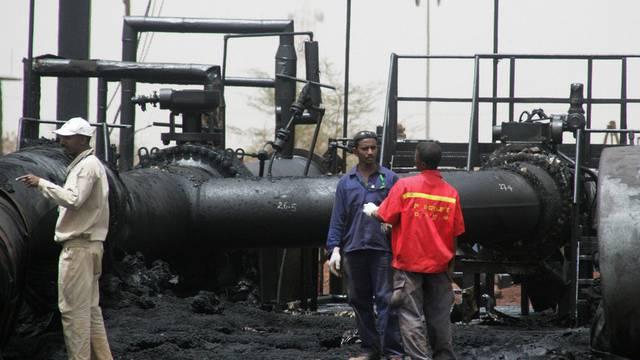 Arbeiter inspizieren eine verkohlte Pipeline in Sudan - bald soll wieder Öl fliessen (Archiv)
