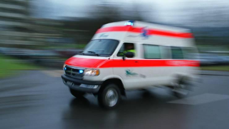 Das verletzte Kind wurde mit der Ambulanz ins Spital gebracht. (Symbolbild)